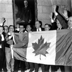 15 decembrie 1964: Oficialităţile canadiene au arborat pentru prima dată actualul lor steag cu o frunză roşie de arţar in centru - foto: cersipamantromanesc.wordpress.com