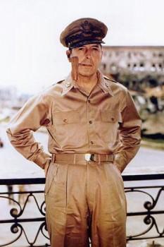 Douglas MacArthur (n. 26 ianuarie 1880 - d. 5 aprilie 1964 ), general american și mareșal al Armatei Filipineze, care a avut o carieră lungă, începând cu campania SUA în Mexic și terminându-se în Războiul din Coreea - foto (Generalul MacArthur cu vestita sa pipă. Manila, 2 august 1945): ro.wikipedia.org