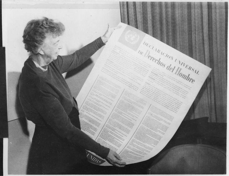 Anna Eleanor Roosevelt (n. 11 octombrie 1884 - d. 7 noiembrie 1962) a fost Prima Doamnă a Statelor Unite ale Americii, soția Președintelui Statelor Unite ale Americii Franklin Delano Roosevelt, diplomată și activistă pentru drepturile omului, una dintre femeile cele mai influente ale secolului al XX-lea - (Fosta Primă Doamnă a Statelor Unite, Eleanor Roosevelt, ținând în mână versiunea în limba engleză a Declarației Universale a Drepturilor Omului - noiembrie 1949) - foto preluat de pe ro.wikipedia.org