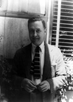 """Francis Scott Key Fitzgerald (24 septembrie 1896 – 21 decembrie 1940) a fost un scriitor american. Este considerat a fi unul din cei mai mari scriitori ai secolului douăzeci. Fitzgerald a făcut parte din așa-zisa """"generație pierdută"""" a americanilor născuți în anii 1890 și maturizați în perioada Primului război mondial. El a scris patru romane, a lăsat al cincilea neterminat și a scris numeroase nuvele - in imagine, F. Scott Fitzgerald - 4 iunie 1937 - fotografiat de Carl van Vechten - foto: ro.wikipedia.org"""