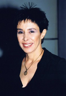 """Gali Atari (născută 29 decembrie1953 Rehovot), cântăreață de muzică ușoară (pop și rock) și actriță de film israeliană. Ca solistă a formației """"Halav udvash"""" (""""Milk and Honey"""",""""Lapte și miere""""), a câștigat Marele Premiu al Eurovisionului la Ierusalim în anul 1979, cu șlagărul """"Hallelujah"""" (Haleluya) de compozitorul Kobi Oshrat și pe versuri de Shimrit Or - foto: ro.wikipedia.org"""
