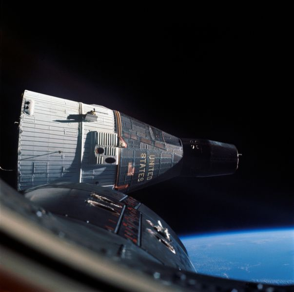 Rendezvous of Gemini 6 and 7, December 1965 - foto: en.wikipedia.org