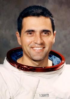 Harrison Schmitt (n. 3 iulie 1935), astronaut american, membru al echipajului spațial Apollo 17, al 12-lea om care a pășit pe suprafața Lunii - foto: ro.wikipedia.org