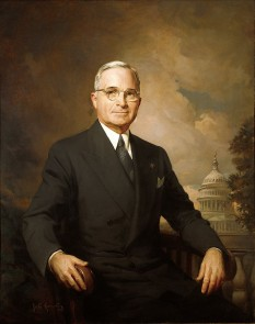 Harry S. Truman (n. 8 mai 1884 – d. 26 decembrie 1972) a fost al 33-lea președinte al Statelor Unite ale Americii (1945–1953). În calitate de vicepreședinte ales în 1944 împreună cu președintele Franklin D. Roosevelt, Truman a devenit președinte la 12 aprilie 1945, când Roosevelt a murit după câteva luni în care sănătatea sa s-a deteriorat. În timpul președinției lui Truman, Statele Unite au încheiat cu succes participarea la al Doilea Război Mondial; imediat după conflict, tensiunile cu Uniunea Sovietică au escaladat, iar perioada a marcat începutul Războiului Rece - foto: ro.wikipedia.org