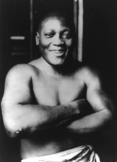 "John Arthur ""Jack"" Johnson (March 31, 1878 – June 10, 1946), nicknamed the Galveston Giant was an American boxer, who—at the height of the Jim Crow era—became the first African American world heavyweight boxing champion (1908–1915) - foto (Jack Johnson, 1915): en.wikipedia.org"