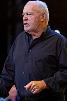"""John Robert """"Joe"""" Cocker (n. 20 mai 1944, Sheffield, West Riding of Yorkshire – d. 21 decembrie 2014, Crawford, Colorado), cântăreț și muzician de rock și blues englez, care a devenit cunoscut mai ales prin activatatea și concertele sale din Statele Unite - foto (Cocker în 2013): ro.wikipedia.org"""