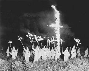 Ku Klux Klan este numele sub care sunt cunoscute mai multe organizații rasiste extremiste, dintre care prima a apărut după Războiul Civil American în 1865 în statul Tennessee (SUA). Membrii acestor organizații susțin superioritatea rasei albe și își exprimă adesea cu violență atitudinea de antisemitism, anti-catolicism, homofobie etc - foto (Întrunire a Ku Klux Klan-ului în 1923): ro.wikipedia.org