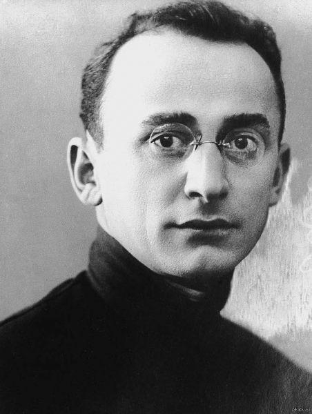 Lavrenti Pavlovici Beria (în limbile georgiană: ლავრენტი ბერია, Lavrenti Pavles dze Beria, rusă Лаврентий Павлович Берия), n.29 martie 1899 – d.23 decembrie 1953, a fost un politician și mareșal, ministrul afacerilor interne (din 1938 -NKVD, apoi din 1941 al NKVD și NKGB unificate), însărcinat cu serviciile de securitate și represiune în regimul sovietic, unul din principalii responsabili ai epurărilor staliniste din deceniul al patrulea, deși el a fost implicat doar în fazele sale finale. I se atribuie și organizarea masacrului de la Katyn, în cursul căruia au fost asasinați aproximativ 22.000 de ofițeri și intelectuali polonezi - foto: en.wikipedia.org