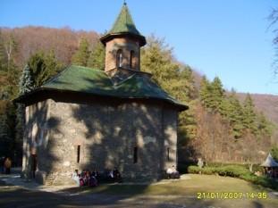 Mănăstirea Prislop este o mănăstire din România situată în apropierea satului Silvașu de Sus din județul Hunedoara. De aproape șapte secole, ea reprezintă unul din cele mai importante așezăminte religioase ortodoxe din Transilvania,[1] biserica sa, ce datează din secolul al XVI-lea, fiind declarată monument istoric - foto: ro.wikipedia.org