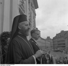 Makarios al III-lea, născut Mihail Christodoulou Mouskos  (13 august 1913 - 3 august 1977), arhiepiscop și Primat al Bisericii Ortodoxe Autocefale Cipriote (1950 - 1977) și primul președinte al Republicii Cipru (1960 - 1974 și 1974 - 1977) -  foto (Makarios al III-lea la Bonn): ro.wikipedia.org