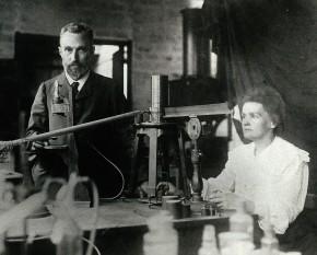 Marie şi Pierre Curie în laboratorul lor improvizat în incinta l'École de Physique et de Chimie - foto: ro.wikipedia.org