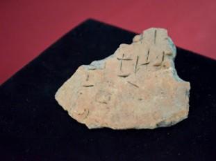 Fragment ceramic cu inscripţii, descoperit în anul 2012 la Miercurea Sibiului, cu ocazia descărcărilor arheologice, de către echipa lui Sabin Luca, posibil cel mai vechi artefact aparţinând scrierii arhaice dunărere cunoscut până în prezent (România) - foto: marturiilehierofantului.blogspot.ro