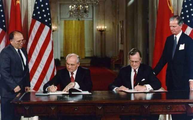 Presidents George H.W. Bush and Mikhail S. Gorbachev sign agreements at the White House, June 1, 1990 - foto: nsarchive.gwu.edu