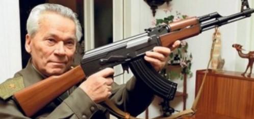 General-locotenent Mihail Timofeevici Kalașnikov  (n. 10 noiembrie 1919, Kuria, Gubernia Altai, RSFSR - d. 23 decembrie 2013, la Ijevsk, Udmurtia, Federația Rusă), proiectant de arme de foc, cel mai cunoscut pentru crearea armelor de asalt AK-47, AKM și AK-74 - foto: cersipamantromanesc.wordpress.com