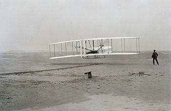 17decembrie 1903: În Carolina de Nord are loc primul zbor cu un aparat mai greu decât aerul, realizat după planurile fraților Orville și Wilbur Wright. Durata zborului a fost de 12 secunde, timp în care a parcurs 37 de metri, la o înălțime de circa 10 metri - foto: ro.wikipedia.org