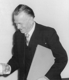 Wilhelm Heinrich Otto Dix (n. 2 decembrie 1891, Untermhaus acum Gera - d. 25 iulie 1969, Singen, Hohentwiel), pictor, desenator și gravor considerat ca unul dintre cei mai importanți artiști plastici germani ai secolului XX  foto (Otto Dix on April 12, 1957): en.wikipedia.org