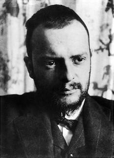 Paul Klee (n. 18 decembrie 1879, Münchenbuchsee lângă Berna, Elveția - d. 29 iunie 1940, Muralto, Elveția), pictor, desenator și teoretician al artei elvețian, de naționalitate germană - foto (Paul Klee, 1911):  ro.wikipedia.org