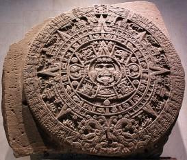 """""""Piatra Soarelui"""" inscripționată cu calendarul aztec. Piatra are 3,58 metri în diametru, 0,9 metri grosime și o greutate de 24 de tone - foto: ro.wikipedia.org"""