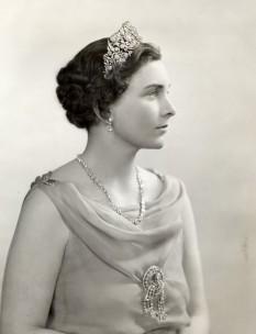 Prințesa Alice, Ducesă de Gloucester (Alice Christabel Montagu Douglas Scott; 25 decembrie 1901 – 29 octombrie 2004), membră a familiei regale britanice, soția Prințului Henric, Duce de Gloucester, al treilea fiu al regelui George al V-lea și al reginei Mary de Teck. Prin căsătorie a devenit cumnata regilor Eduard al VIII-lea și George al VI-lea și mătușa reginei Elisabeta a II-a - foto: ro.wikipedia.org