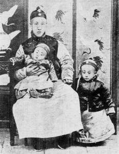 Pu Yi (n. 7 februarie 1906 – d. 17 octombrie 1967), al doisprezecelea și ultimul împărat al Dinastiei chineze Qing. A fost încoronat la vârsta de doar trei ani în anul 1909 și a fost obligat să abdice la 12 februarie 1912 - foto (Puyi (dreapta), în vârstă de trei ani stând lângă tatăl său, Zaifeng, Prinț Chun și fratele său mai mic, Pujie): ro.wikipedia.org
