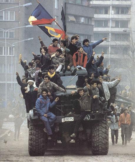 Revoluția Anticomunistă din România (16 - 25 decembrie 1989) - Revoluţionari într-un camion al armatei (Bucuresti, decembrie 1989) - foto preluat de pe ro.wikipedia.org