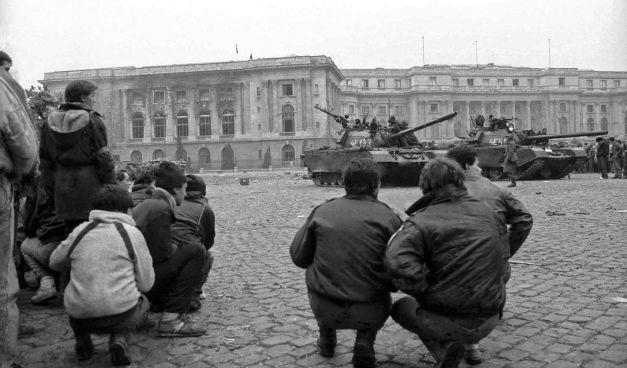 Revoluția Anticomunistă din România (16 - 25 decembrie 1989) - Tancurile Armatei în poziţie de apărare în faţa fostului Palat Regal din Bucureşti, 23 decembrie 1989 - foto: historia.ro