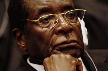 Robert Mugabe (n. 21 februarie 1924, în Masvingo), președintele Republicii Zimbabwe din 1987. Între anii 1980 - 1987, Mugabe a fost prim-ministru. Încetul cu încetul, Mugabe a instituit o dictatură brutală - foto: ro.wikipedia.org