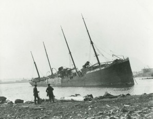SS Imo aground on the Dartmouth side of the harbour after the explosion - foto: en.wikipedia.org