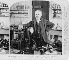 """Thomas Alva Edison (n.11 februarie 1847 Milan, OH, SUA – d.18 octombrie 1931, West Orange, NJ, SUA), important inventator și om de afaceri american al sfârșitului de secol XIX și început de secol XX. A fost cunoscut și ca """"Magicianul din Menlo Park"""", fiind și cel mai prolific inventator al timpului prin aplicarea practică a descoperirilor științifice (1093 brevete). A fost un autodidact, însă acest lucru nu l-a împiedicat să realizeze invenții în domeniul electricității (becul cu filament), al telefoniei, al sistemului de transmisie multiplă a telegramelor, al înregistrării mecanice a sunetului (fonograful) și al cinematografiei - kinetoscopul. În lumea industriei introduce noțiunea de producție de serie - foto: cersipamantromanesc.wordpress.com"""