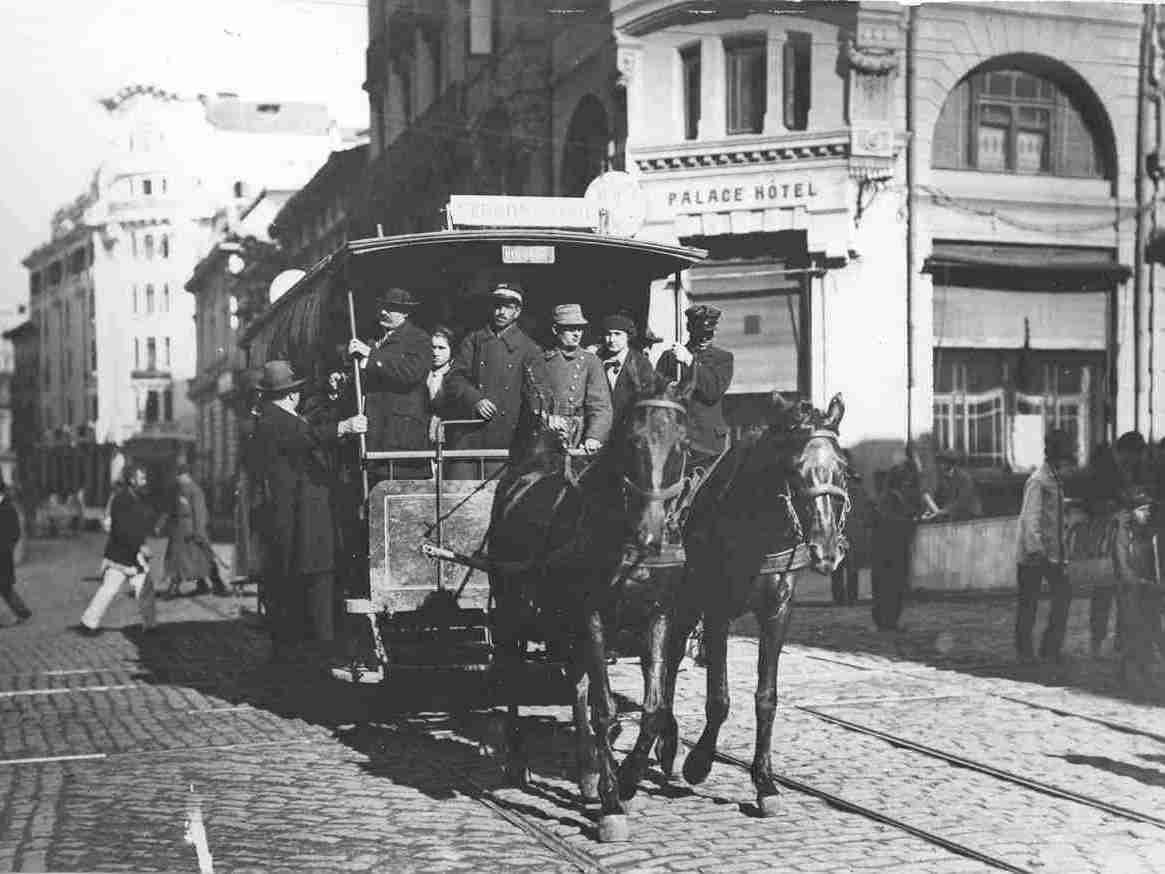 Tramvai cu cai în 1871 - foto preluat de pe ro.wikipedia.org