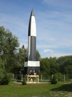 """V-2 (în germană: Vergeltungswaffe 2 - """"Arma Răzbunării 2""""; menționată în literatura sovietică/rusă ca Fau-2 (Фау-2), după pronunția germană a literei """"V""""), al cărei nume tehnic este Aggregat-4 (A4), a fost prima rachetă balistică cu rază lungă de acțiune dezvoltată în timpului celui de-al Doilea Război Mondial în Germania, cu scopul expres de a fi folosită împotriva Londrei, iar mai târziu a Antwerpenului - foto Replica unei rachete V-2 în muzeul Peenemünde)(: ro.wikipedia.org"""
