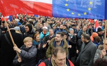Protest antiguvern în Varşovia, 19 decembrie 2015 - foto (captură): epochtimes-romania.com