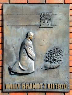 7 decembrie 1970: Willy Brandt in fata fostului Ghetou din Varșovia