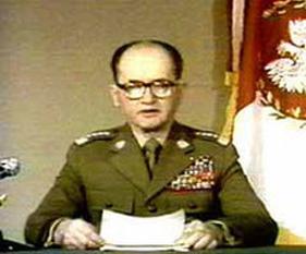 Wojciech Witold Jaruzelski (n. 6 iulie 1923, Kurów, Polonia, 25 mai 2014), unul din cei mai de seamă reprezentanți ai Tratatului de la Varșovia, cunoscut pe plan mondial pentru reprimarea sângeroasă a protestatarilor sindicatului Solidaritatea, lucru realizat, în primul rând, prin impunerea a ceea ce s-a numit legea marțială - foto - Jaruzelski proclamând legea marțială (13.12.1981): ro.wikipedia.org