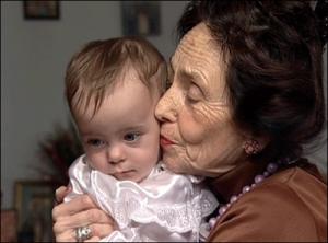 Adriana Iliescu (n. 31 mai 1938, Craiova) a fost până la 29 decembrie 2006 cea mai vârstnică femeie din lume care a dat naștere unui copil, la vârsta de 66 de ani și 320 zile - foto: cersipamantromanesc.wordpress.com