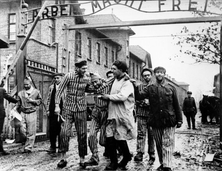 The Liberation Of Auschwitz, 1945. Photograph by Boris Ignatovich - foto: twitter.com