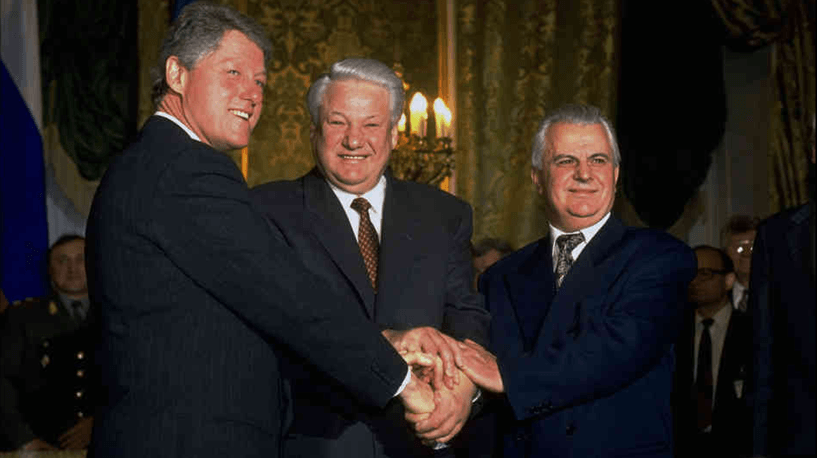 US President Clinton, Russian President Yeltsin and Ukrainian President Kravchuk after signing the Trilateral Statement in Moscow in January 1994 that became the basis for the Budapest Memorandum - foto: euromaidanpress.com