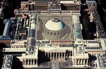 """Fondat în 1753, British Museum (Muzeul Britanic) este unul dintre cele mai vechi și mai impozante muzee din lume, cu exponate variind de la mumii egiptene la comori romane. British Museum a fost fondat în anul 1753, fiind primul muzeu național public din lume. Înca de la început admitea intrarea liberă pentru """"toate persoanele studioase și curioase"""" - foto: cersipamantromanesc.wordpress.com"""