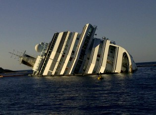 13 ianuarie 2012: Nava de pasageri de croazieră Costa Concordia se scufundă pe coasta Italiei - foto: ro.wikipedia.org