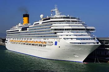 """Costa Concordia a fost o navă de croazieră din clasa Concordia care era operată de Costa Cruises, o filială a companiei britanico-americană Carnival Corporation & plc. A fost construită la șantierul naval Fincantieri din Sestri Ponente, Genova, Italia. Numele Concordia a fost ales pentru a exprima """"o continuă armonie, unitate și pace între națiunile Europene"""" - foto: ro.wikipedia.org"""
