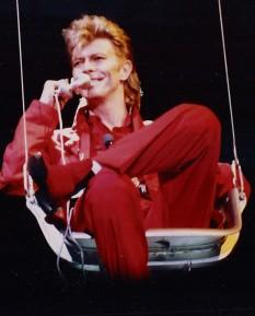 David Bowie (nume real David Robert Jones; n. 8 ianuarie 1947, Brixton, Regatul Unit – d. 10 ianuarie 2016, New York, SUA), a fost un cântăreț, compozitor, producător și inginer audio englez, câștigător a două premii Grammy - foto: ro.wikipedia.org