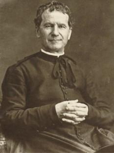 """Giovanni Bosco, cunoscut mai ales sub numele de Don Bosco (n. 16 august 1815, Castelnuovo, în apropiere de Torino; d. 31 ianuarie 1888, Torino) a fost un preot și educator romano-catolic italian, care a folosit metode educative bazate pe dragoste în loc de metodele punitive. Și-a plasat lucrarea sub protecția Sfântului Francisc de Sales și i-a asigurat continuitatea fondând Societatea Saleziană. El este unicul sfânt care a fost denumit """"Părintele și învățătorul tineretului"""". Urmând principul """"binele nu poate fi apreciat dacă nu este cunoscut"""", Don Bosco a realizat dar a și promovat operele sale. Ca recunoaștere a sfințeniei și misiunii sale în folosul tinerilor, el a fost canonizat de către Biserica Catolică în anul 1934 si este pomenit la 31 ianuarie - in imagine, Don Bosco la Torino în 1880 - foto: ro.wikipedia.org"""