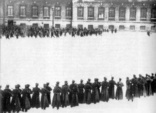 """9 ianuarie 1905: """"Duminica sângeroasa"""". S-a tras la Petersburg  asupra a  circa 100 de mii de manifestanti, care se îndreptau spre Palatul de Iarna pentru ai înmâna suveranului rus o petitie - foto: cersipamantromanesc.wordpress.com"""
