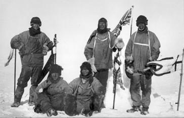 Expediția Terra Nova (1910–1912), oficial numită Expediția Britanică Antarctică 1910, a fost o misiune condusă de Robert Falcon Scott cu obiectivul de a fi primul care ajunge la Polul Sud geografic. Expediția a ajuns la Polul Sud pe 17 ianuarie 1912, însă doar pentru a descoperi că norvegienii conduși de Roald Amundsen atinseseră acest punct cu 33 de zile în urmă. Întreaga echipă a lui Scott a murit pe drumul de întoarcere, unele cadavre, jurnale și fotografii fiind găsite de o echipă de căutare opt luni mai târziu - in imagine, Expediția lui Scott la Polul Sud, 18 ianuarie 1912. De la stânga la dreapta: (în picioare) Oates, Scott, Wilson; (jos) Bowers, Edgar Evans - foto: ro.wikipedia.org