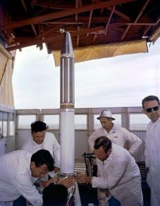Explorer 1 este primul satelit artificial care a fost lansat de SUA, fiind al treilea pe glob după sateliții sovietici Sputnik 1 și 2. Explorer 1 a fost primul satelit integrat într-un program de explorare, fiind dotat cu sonde de explorare spațială, care au furnizat date cu privire la ionosfera din regiunea polară. Lansarea sa a fost declarată în iulie 1955, președintele SUA fiind înștiințat în prealabil despre lansare. Această acțiune a fost accelerată de lansarea sateliților sovietici, căutându-se reluarea întrecerii din perioada Războiului Rece dintre cele două mari puteri. Lansarea satelitului a avut loc la 1 februarie 1958 ora 3:48 UTC de la rampa de lansare Cape Canaveral Air Force Station. Conform planificării, satelitul trebuia să fi fost lansat cu două zile mai devreme, amânarea s-a datorat vremii nefavorabile. Chiar în ziua lansării persistau îndoieli că lansarea va avea loc, din cauza vântului. Satelitul era lansat de o rachetă purtătoare tip Juno 1, cu patru trepte. Rampa de lansare se afla în apropiere de coasta Cape Canaveral, din statul Florida de pe coasta Atlanticului. Explorer consta dintr-un cilindru metalic cu lungimea de 205 cm și diametrul de 16 cm. Satelitul a avut o orbită eliptică cu o înălțime care a variat între 360 - 2.530 km. Masa totală a rachetei la lansare a fost de 13,9 kg, din care greutatea treptelor era de 8,3 kg. - foto: ro.wikipedia.org
