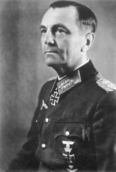 Friedrich Wilhelm Ernst Paulus (n. 23 septembrie 1890 – d. 1 februarie 1957) a fost un general german din timpul celui de-al doilea război mondial, promovat în timpul luptelor de la Stalingrad la gradul de feldmareșal - in imagine, Generalul Paulus, în iunie 1942 la Harkov - foto: ro.wikipedia.org