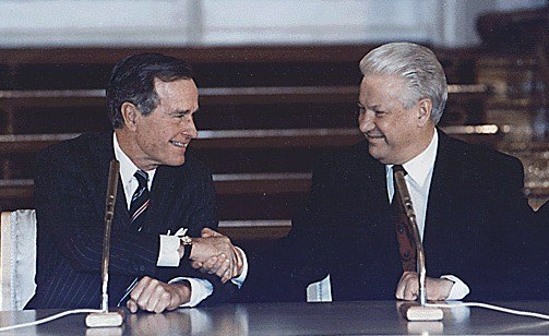 Presidents George H. W. Bush and Boris Yeltsin sign START II, (Strategic Arms Reduction Treaty), on 3 January 1993 in Vladimir Hall, The Kremlin in Moscow, Russia - foto: en.wikipedia.org