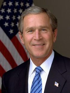 George Walker Bush (n. 6 iulie 1946, statul Connecticut) a devenit cel de-al patruzeci și treilea președinte al Statelor Unite ale Americii în urma unor alegeri mult discutate, desfășurate la sfârșitul anului 2000. Pe 2 noiembrie 2004 a fost reales pentru a doua oară, învingându-l pe democratul John Kerry, printr-un scor foarte strâns. Al doilea mandat al său s-a terminat la data de 20 ianuarie 2009, odată cu depunerea jurământului de către succesorul său, Barack Obama. Tatăl său, George H. W. Bush, a fost cel de-al patruzeci și unulea președinte al țării, cu 8 ani înainte - foto: ro.wikipedia.org