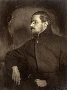 James Augustine Aloysius Joyce (n. 2 februarie 1882 – d. 13 ianuarie 1941) a fost un prozator și poet irlandez, considerat unul dintre cei mai importanți scriitori ai secolului al XX-lea. Este cunoscut îndeosebi pentru romanele Portret al artistului în tinerețe (1916), Ulise (1922) și Veghea lui Finnegan (1939). A mai scris nuvele (Oameni din Dublin, 1914), poezii (Muzică de cameră, 1907, și Poezii de doi bani fiecare, 1927) și o piesă de teatru (Exilați, 1918). Criticii îl așează astăzi în fruntea modernismului anglo-saxon, alături de T. S. Eliot, Virginia Woolf și Ezra Pound - foto: ro.wikipedia.org