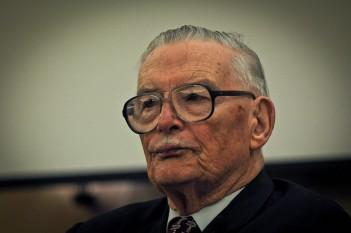 James M. Buchanan Jr. (n. 3 octombrie 1919 - d. 9 ianuarie 2013) a fost un economist american, laureat al premiului Nobel pentru economie în 1986 pentru contribuțiile sale la dezvoltarea teoriei contractuale și constituționale fondate pe studiul procesului de pregătire și luare a deciziilor politice și economice - foto: ro.wikipedia.org